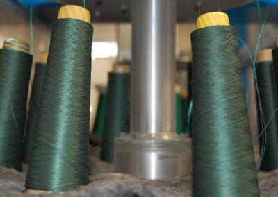 Bobinas-verdes-colocadas-en-la-máquina