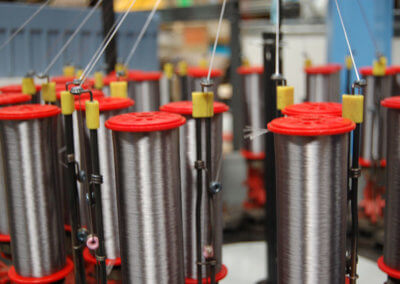 Máquina-para-hilar-un-cable-en-plateado
